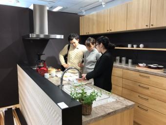 名古屋のショールームでキッチンの打ち合わせをするFさま|岡崎市・豊田市で注文住宅、新築一戸建てをてがける共感住宅レイアウト