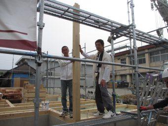 上棟式で柱を建てるSさまと棟梁