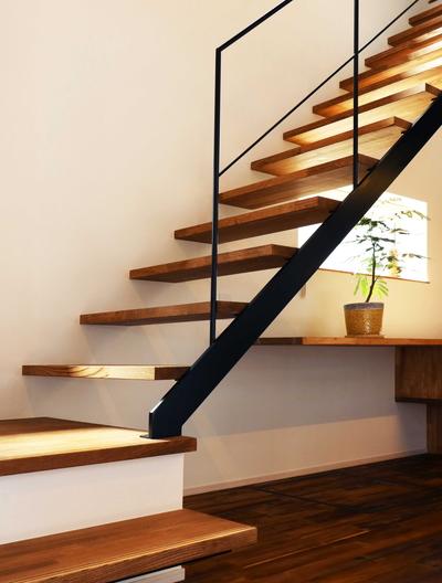 アイアンを使った階段の写真。下が見えるストリップ階段ですが、ステップの一部はボックス状になっています。