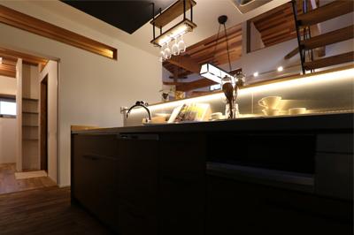 上からの照明のほかにカウンターにも間接照明を設置したキッチン