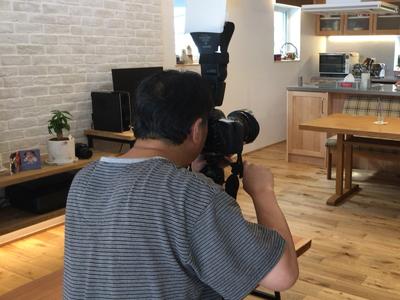 岡崎市で共感住宅レイアウトと一緒に注文住宅を完成させたHさまご家族を撮影するカメラマン