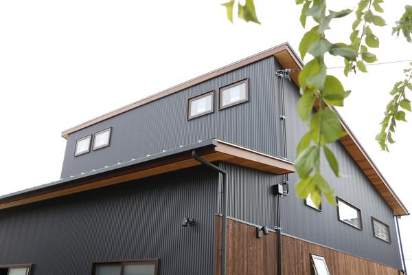 幸田町で開催する共感住宅レイアウトのOPEN HOUSE会場の注文住宅、外壁は黒いガルバリウムと天然木