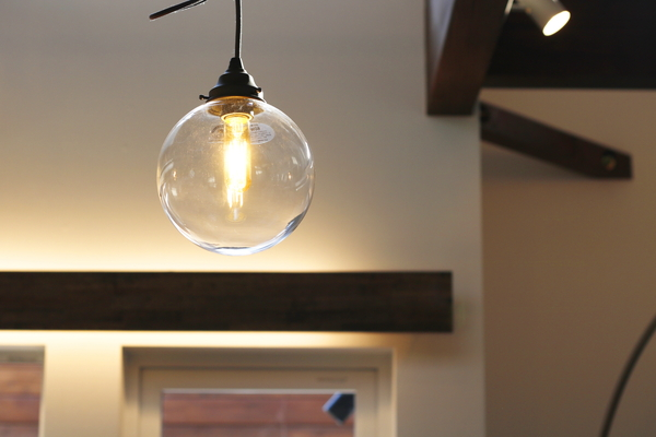 岡崎市・Oさまの注文住宅、クリアガラスのボール型ペンダントライト