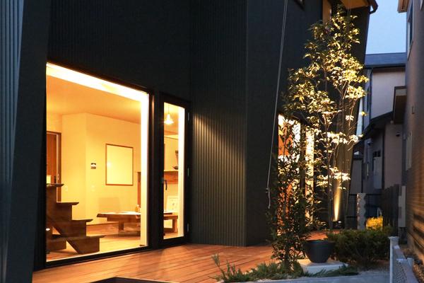岡崎市で開催された注文住宅・新築一戸建ての見学会、夜の庭から見るとリビングの灯りがやさしい色合いです。