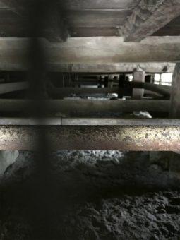 うぐいす張りの廊下の床下の写真