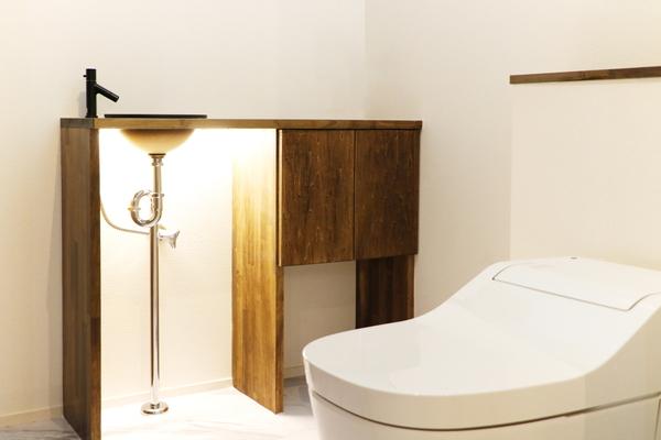 岡崎市の注文住宅・Oさま邸は個室内にオリジナルの手洗いを設けました。造作洗面台はここだけダークカラーです。