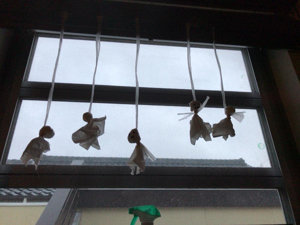 ティッシュで作ったテルテル坊主を家の窓際につるしました