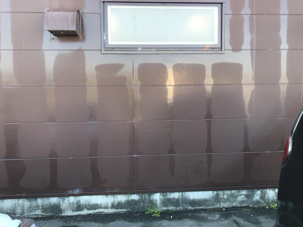 外壁に規則的な模様が。