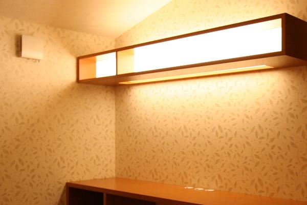 5年前に手掛けた、当時の書斎の様子。棚に間接照明を仕込んで柔らかく暖かい空間に。