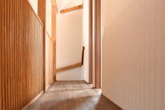 岡崎市・H様邸の2階廊下。2階も全面無垢フローリングです。