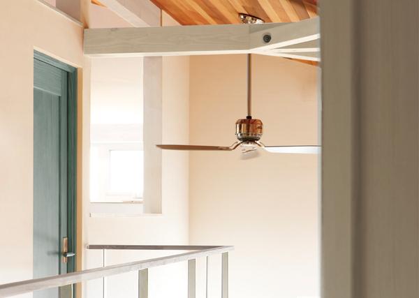 共感住宅ray-outの注文住宅、白い壁と無垢の木の天井