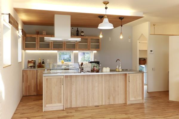 メープル材のアイランドキッチン。天板はヘアライン仕上げのステンレスで締りがある印象に