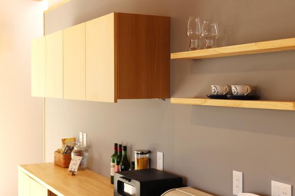 岡崎市の注文住宅。キッチンのカップボードと飾り棚はアイランドキッチンのサイズに合わせてオリジナルの造り付けです。素材は自然素材で統一しています。