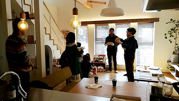 岡崎市・豊田市を中心に注文住宅、新築一戸建てを手掛ける共感住宅ray-out(レイアウト)の見学会で質疑応答中