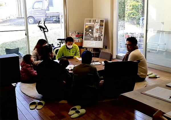 岡崎市・豊田市を中心に注文住宅、新築一戸建てを手掛ける工務店の共感住宅レイアウトの建築士がデザインしたお家での見学会の様子