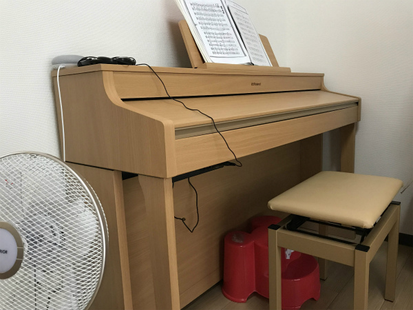 豊田市・岡崎市を中心に注文住宅、新築一戸建てを手掛ける工務店の共感住宅レイアウトのお客様が建て替え中の仮住まいで使用するピアノ