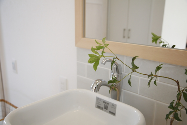 さりげなくかわいい、タイル張りの造作洗面台です。