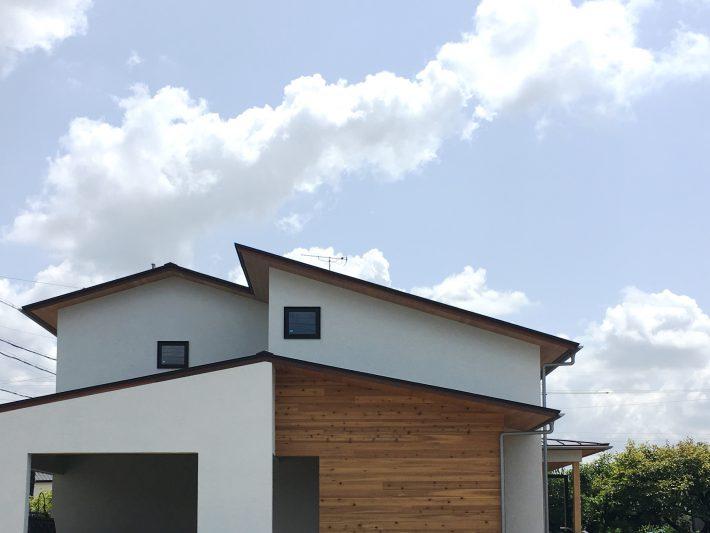 ジョリパットの塗り仕上げの外観と、木の板張りで落ち着いたふんいきに。共感住宅レイアウトはお庭づくりもいっしょにデザインするので、住み始めから完成したマイホームで暮らせます。
