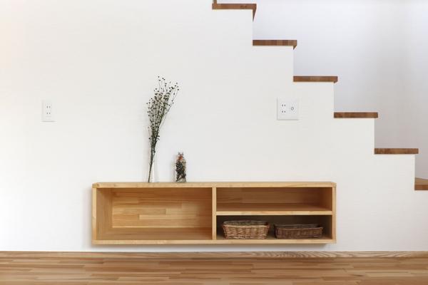 埋め込みの棚は収納力と部屋の広さを両立します。