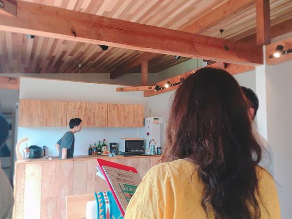 共感住宅レイアウトが幸田町で新築したお家へ取材へ行ってきました。キッチンまわりで撮影ポーズを決める取材班。