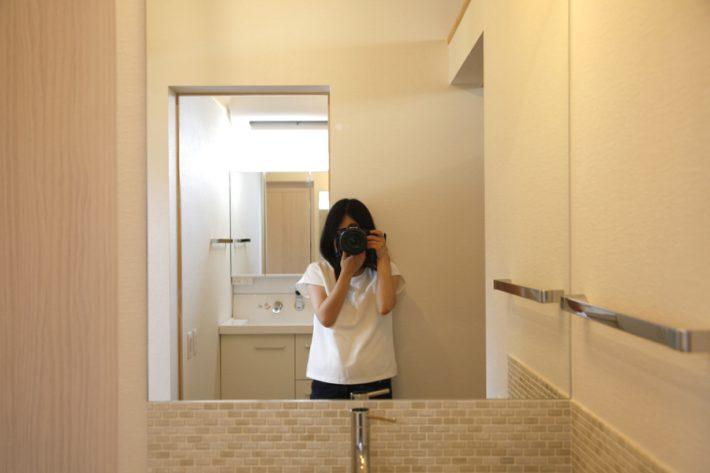 まもなく引渡しの岡崎市矢作の新築一戸建てを撮影する共感住宅レイアウトのスタッフ清水