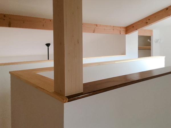 岡崎市で新築されているお家の2階には、旧邸で使われていた笠木がついています。年月の重みと木という素材の力を感じるポイントです。