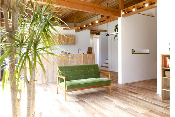無垢のフローリングにレッドシダーの天井、キッチンのカウンターは古材をはった、木のテクスチャが美しいLDKです。